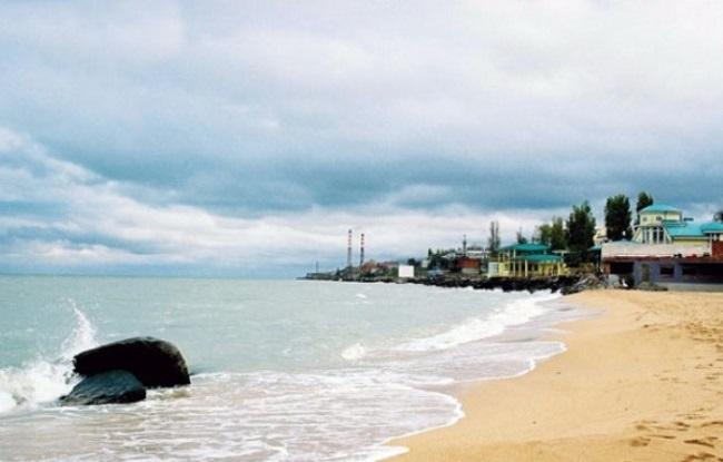 Дербентский пляж привлекает туристов теплой морской водой и песчаным берегом