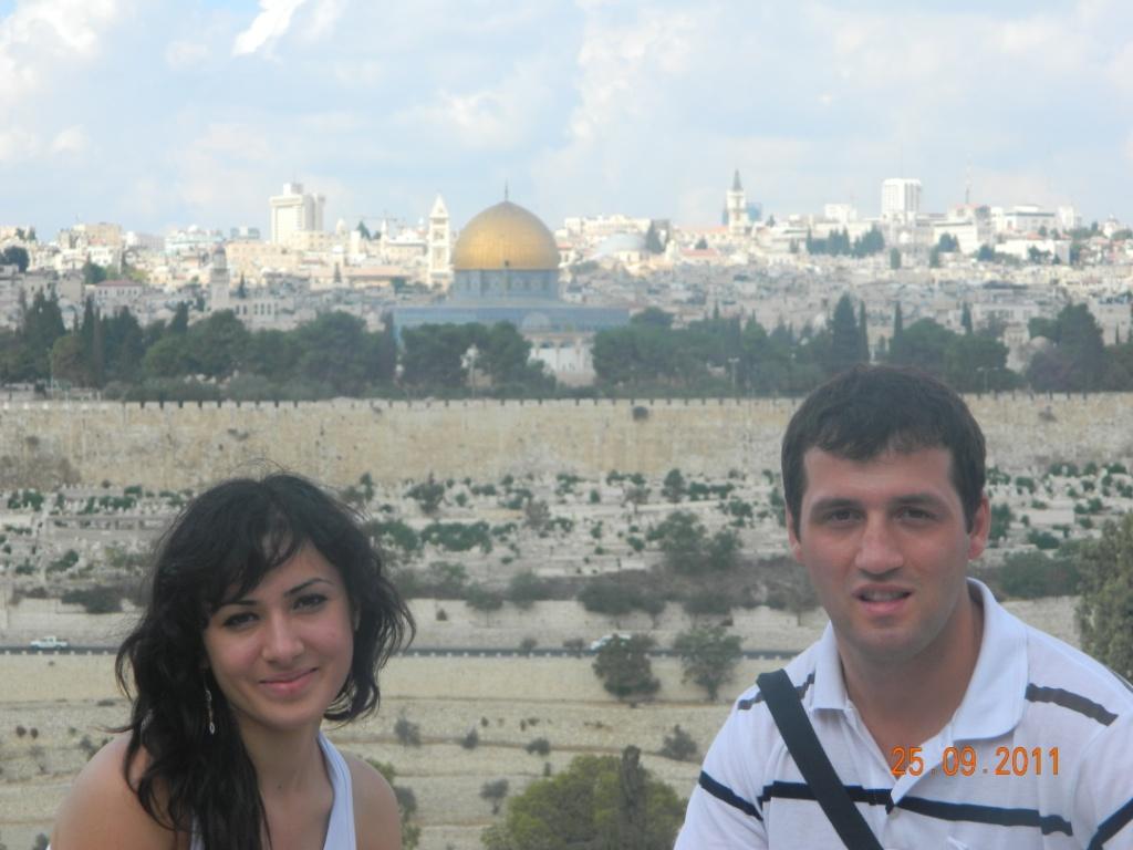 на фоне Иерусалима