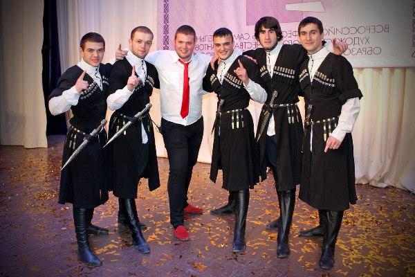 Виктор с друзьями - танцорами
