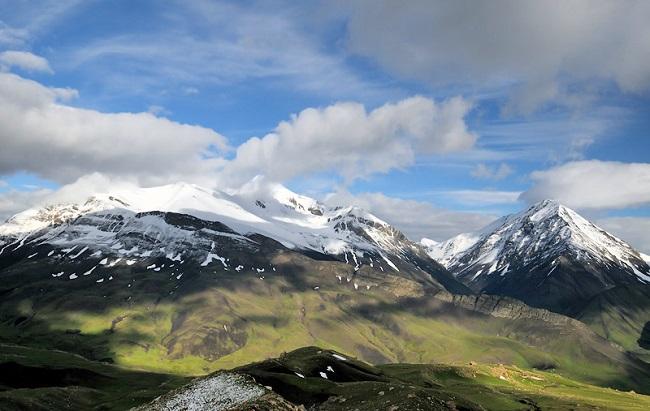 Гора Базардюзю является природным пограничным столбом