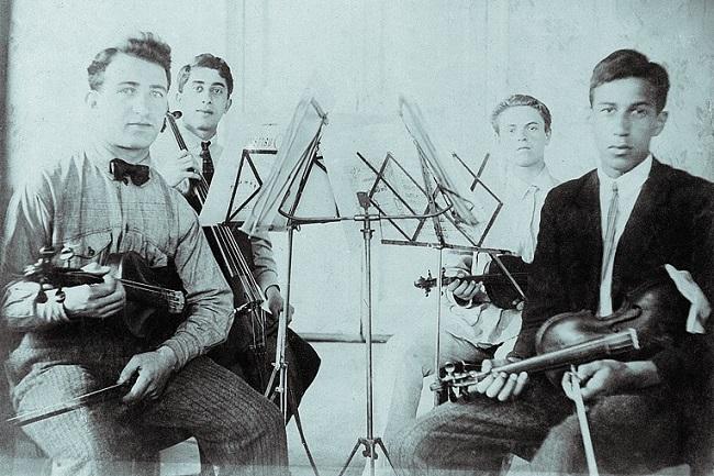 В Гнесинском училище Арам обучался игре на виолончели и фортепиано, брал уроки композиции