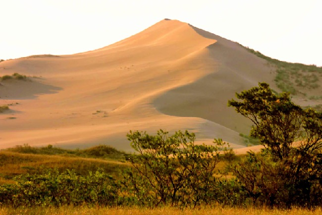 Знаменитая дагестанская гора-бархан Сарыкум находится