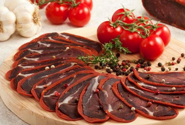 Знаменитая армянская закуска – бастурма, рецепт ее приготовления по преданию пришел еще в XII веке
