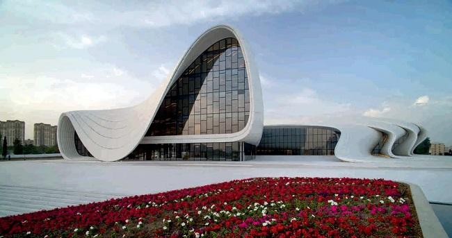 Бакинский Центр имени Алиева спроектирован архитектором Захой Хадид