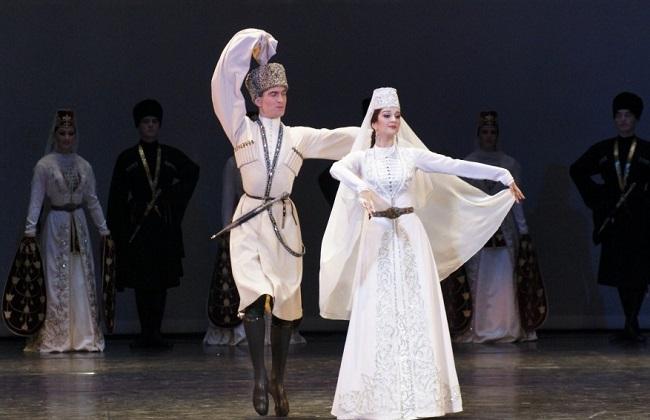 Существует несколько видов осетинских танцев, самый популярный – симд