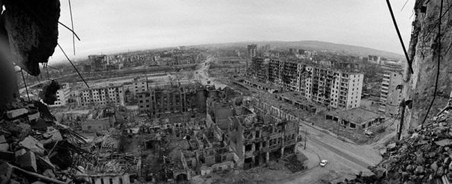 Разрушенный Грозный состоял из руин зданий, попавших под обстрелы