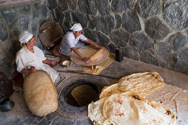 В Армении и сегодня продолжают печь лаваш традиционым способом