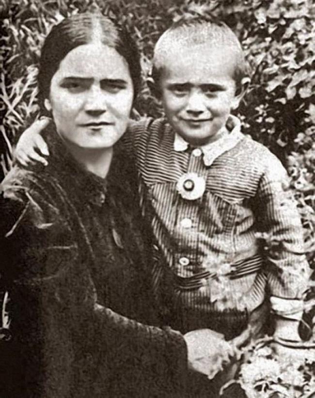 Мама Джигарханяна привила любовь к театру с детства