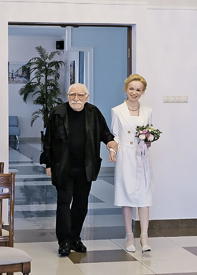 В феврале 2016 года Армен с молодой женой Виталиной расписались