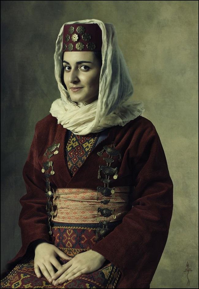 Женский армянский национальный костюм очень схож с грузинским