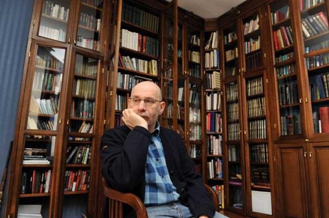 Отличные знание иностранных языков помогало ему без труда переводить зарубежную литературу