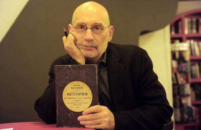 По словам Акунина, многотомный исторический его труд это попытка максимально объективно изложить известные факты