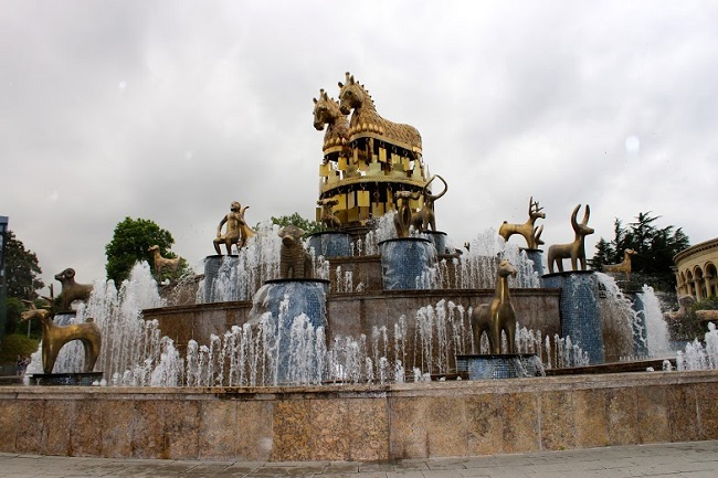 Сооружение стоит на месте памятника Давиду, и состоит из 30 статуй