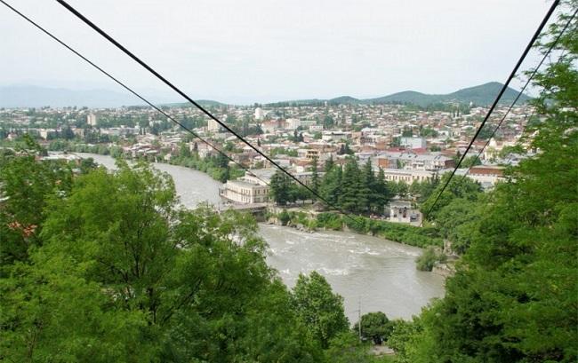 В Кутаиси много достопримечательностей: монастыри, пещеры, улицы, сооружения и т.д