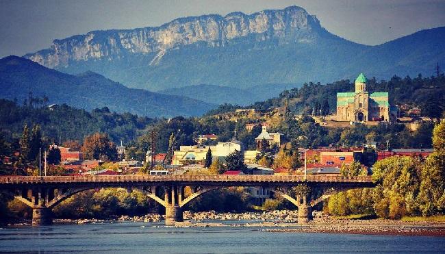 Город Кутаиси стоит на реке Риони, которая делит его на две части – Левобережье и Правобережье