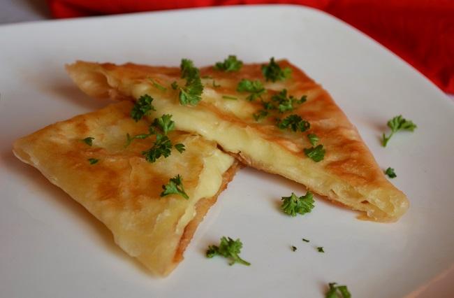 Хрустящие сырные конвертики из лаваша лучше есть горячими
