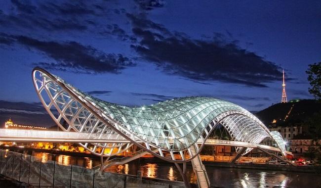 Стеклянный мост Мира украшает столицу Грузии