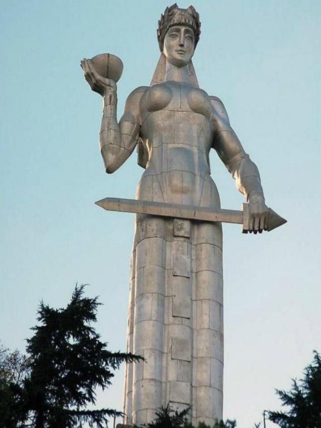 Статуя Матери Грузии построенна в честь 1500-летия столицы