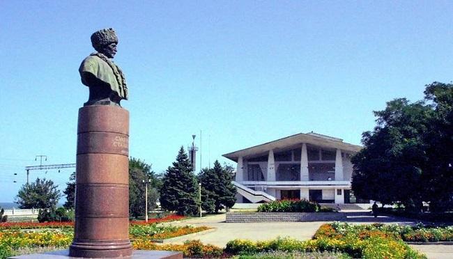 Улицы во многих населенных пунктах названы именем Сулеймана Стальского