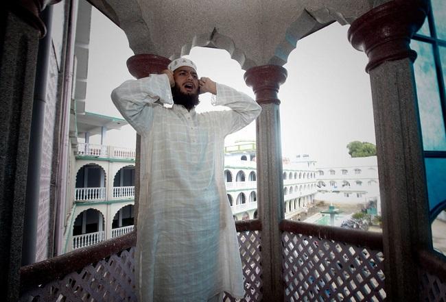 Муэдзин пять раз в день призывает людей на молитву