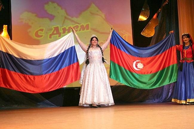 Большое количество азербайджанцев проживают в России, Иране и Турции