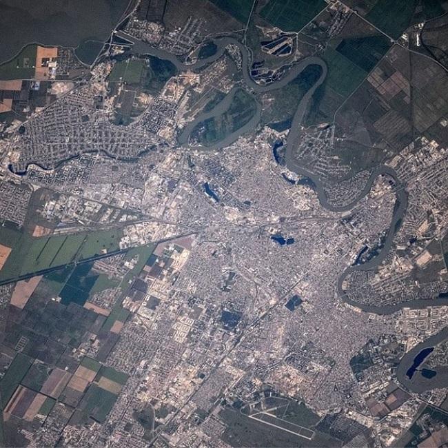 На фото на территории Краснодара мы можем видеть насколько река извилистая