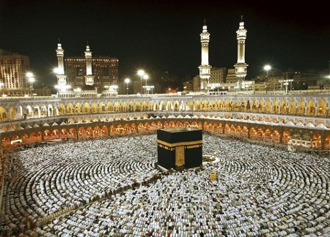 Обычно читатель азана в мечети, так же начитывает икамат
